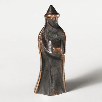 König, stehend, mit flachem Hut